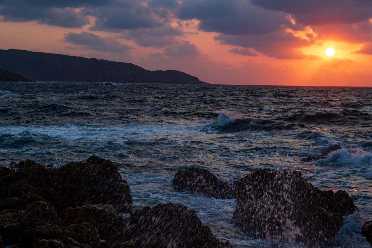 日本海に夕陽が沈んでいく