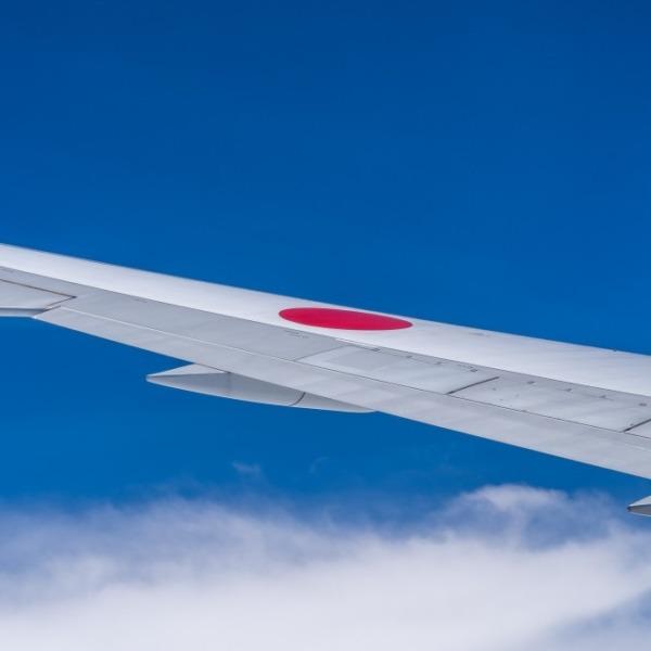 飛行機の主翼と空