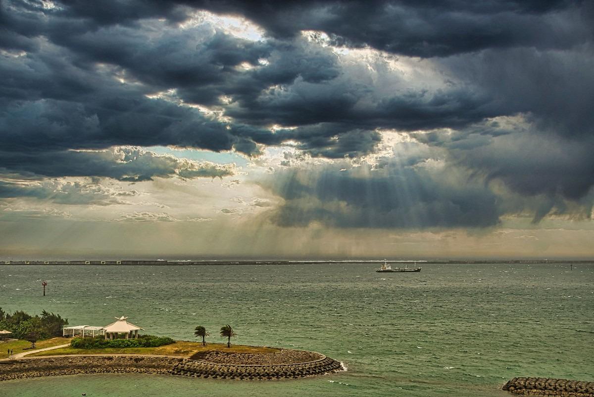 ―雲の合間から後光―