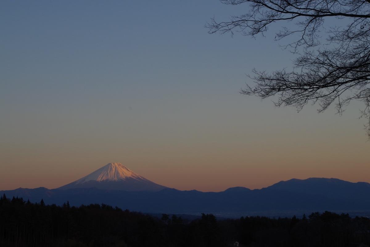 「夕暮れ時の富士山」