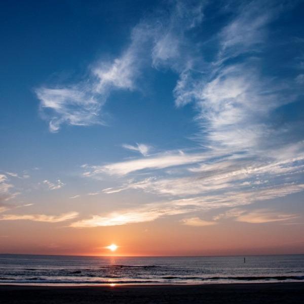 日の出頃に雲踊る