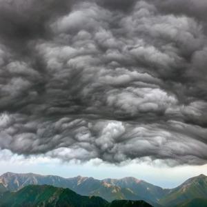 突如現るアスペリタス波状雲