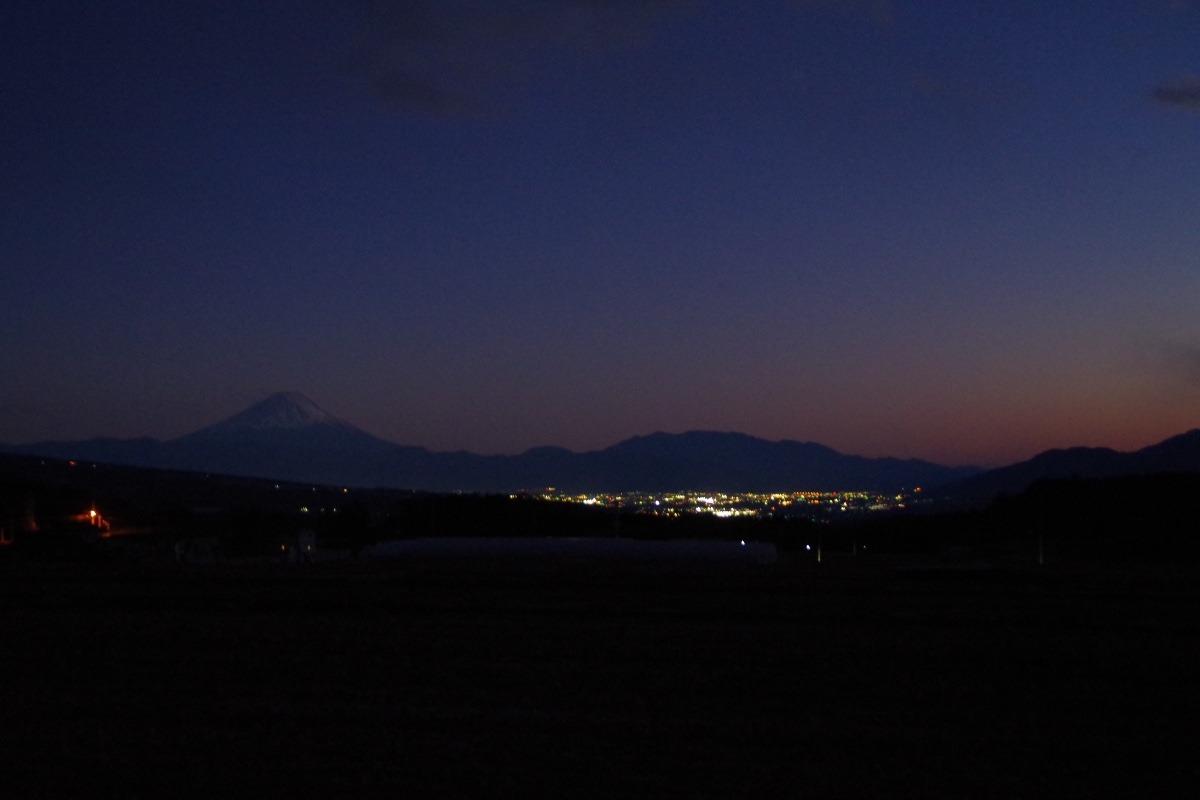 「夕暮れ時の富士山と甲府盆地の夜景」