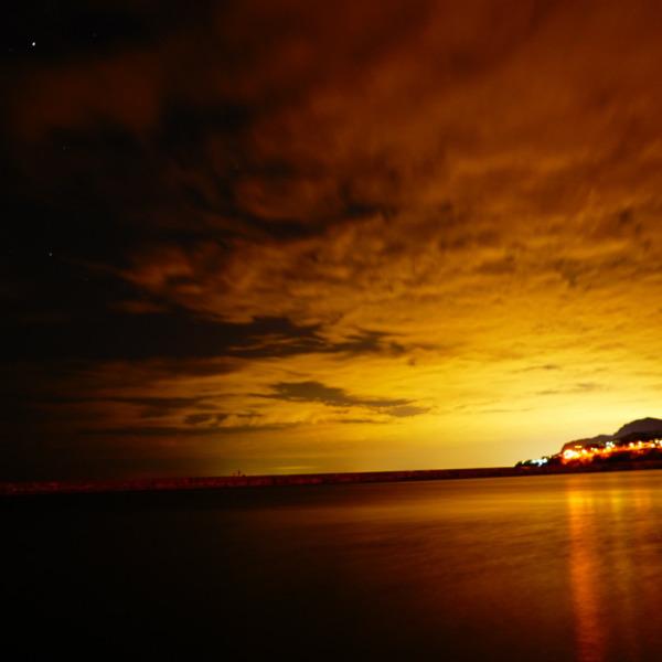 夜が黄金色に染まる