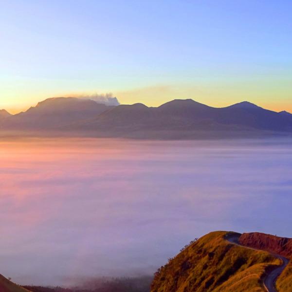 雲海の阿蘇山とラピュタの道