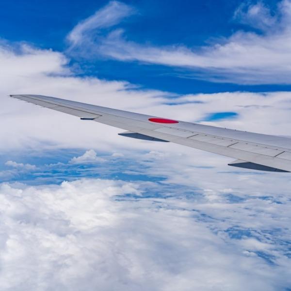 飛行機の主翼と空 2