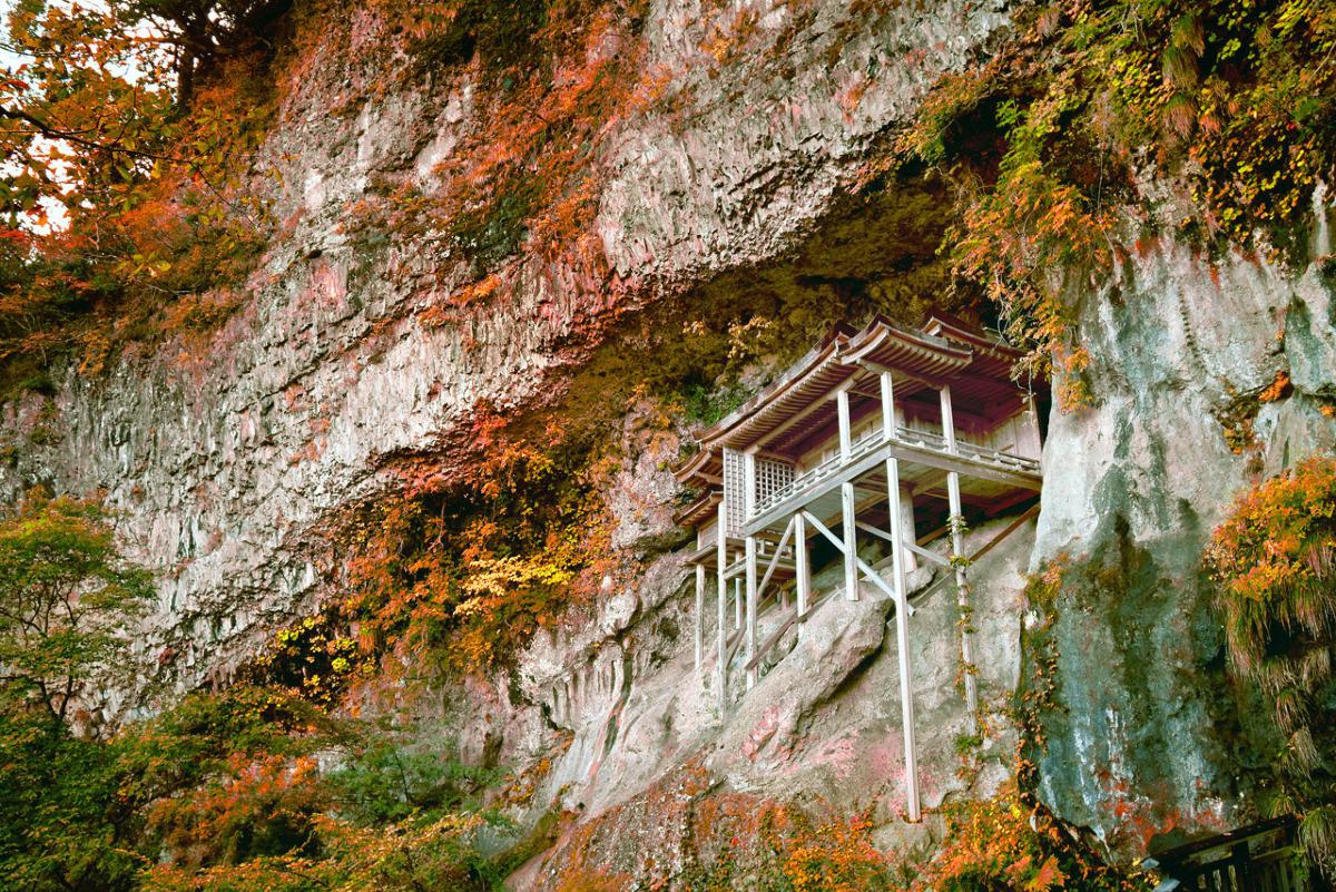 日本一危険な投入堂の秋景色