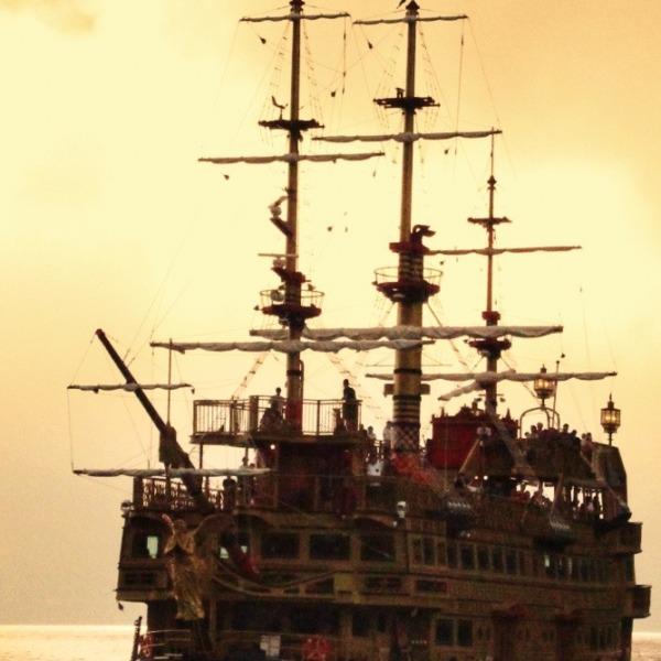 夕闇の海賊船  芦ノ湖