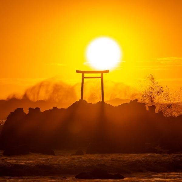 日の出に波しぶき