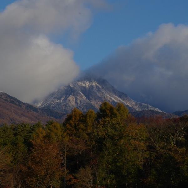 八ヶ岳の主峰「赤岳」と紅葉