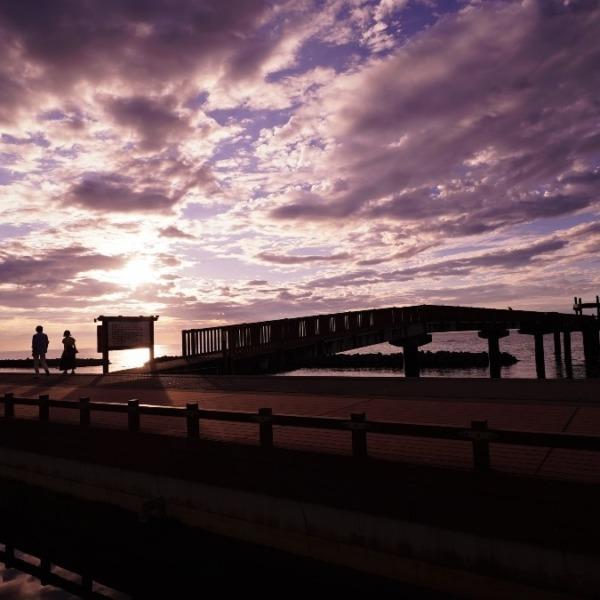 深い絆:夕凪の橋(縁結びの橋)付近で会話弾む