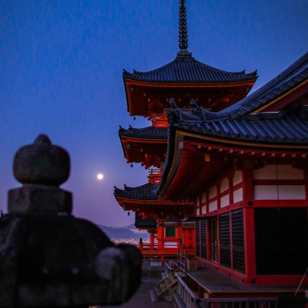 早朝の満月と三重の塔