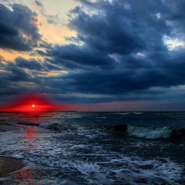 遠州灘から登る真っ赤な朝日