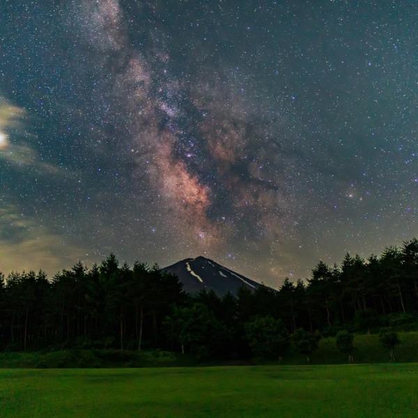 梅雨上がりの夏の富士と天の川