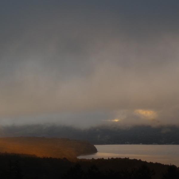 「朝陽に紅く染まる山中湖」
