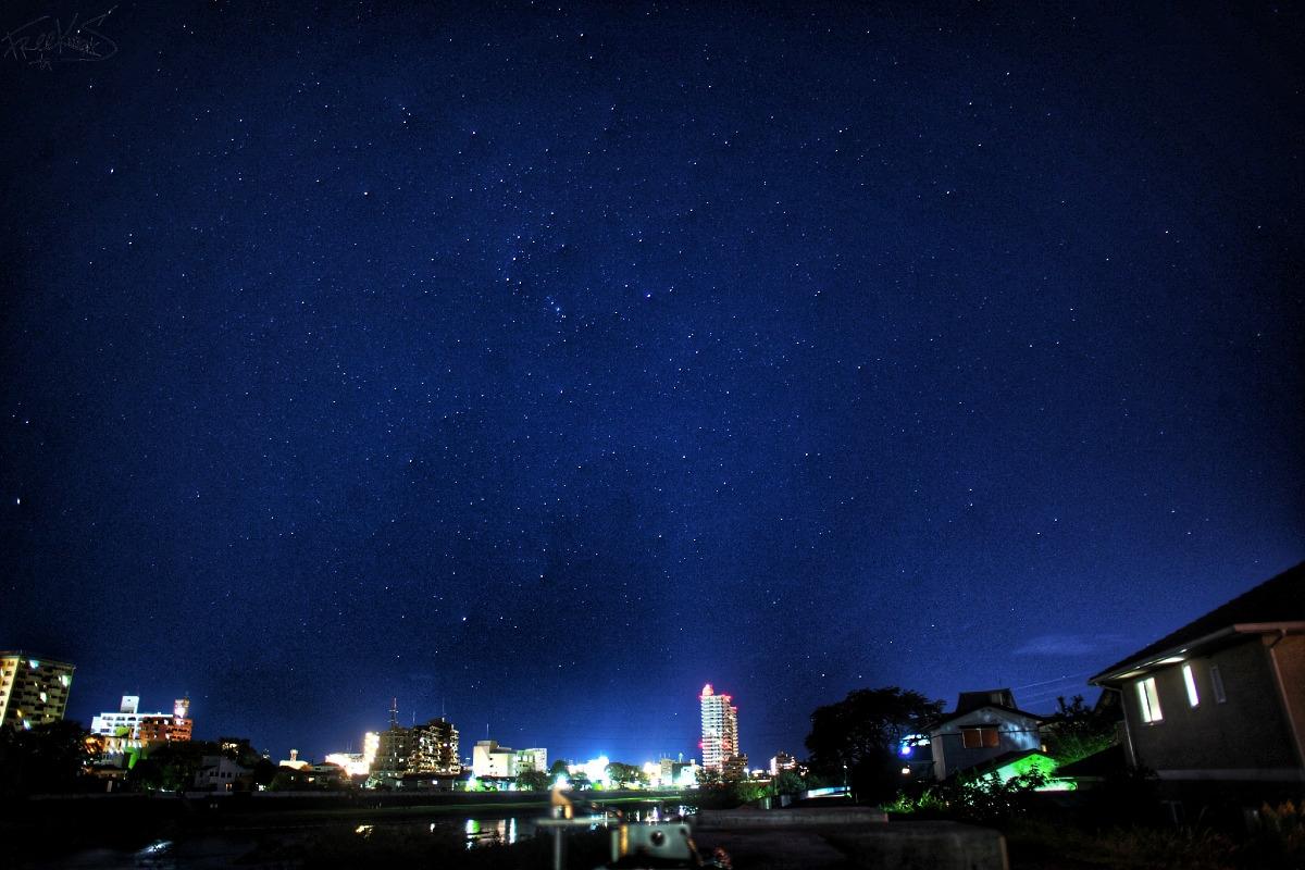 仙台、広瀬川沿いの夜景と星空