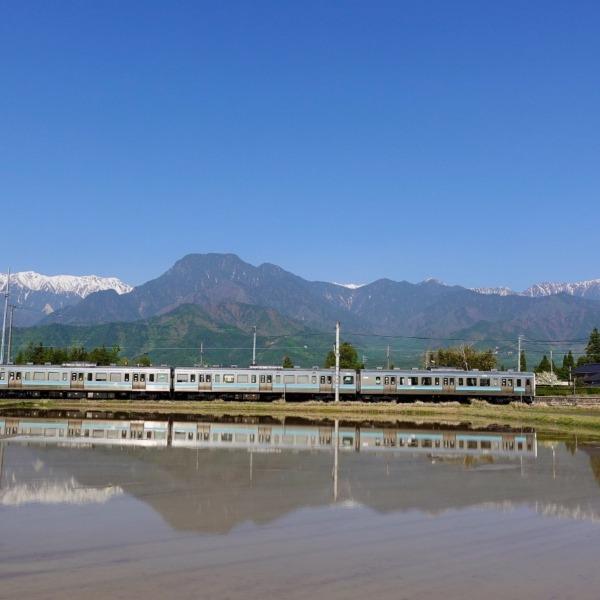 列車を見下ろす有明山