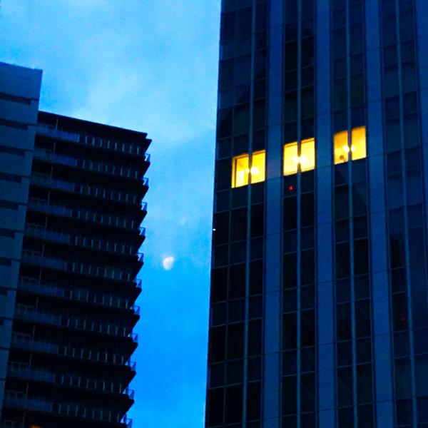 夜勤明け、月が覗く
