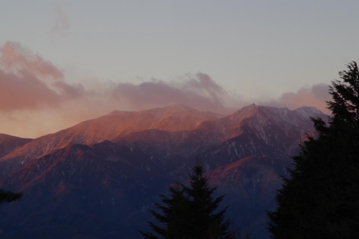 「朝陽に紅く染まる南アルプス鳳凰三山」