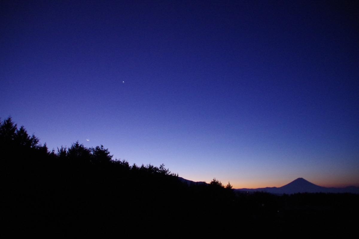 「夜明け前の富士山」