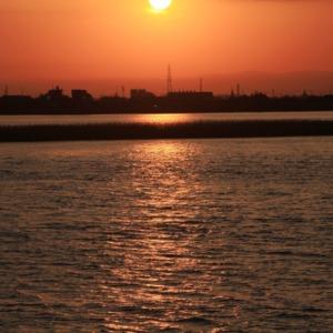 朝焼けの空と川