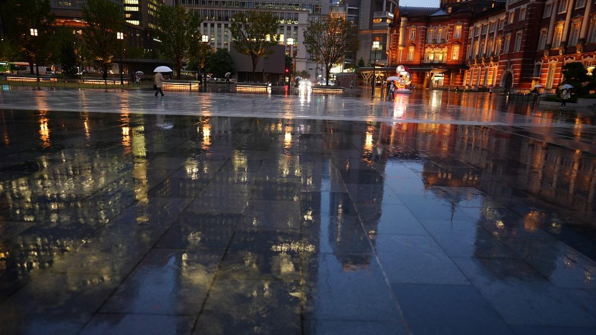 東京駅前の水面反射✨:黄金の蜃気楼?