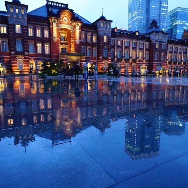 東京駅前(2019):コロナ・雨に打たれて消えて