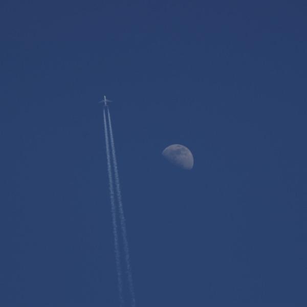 「月と旅客機と八ヶ岳ブルーの青空」