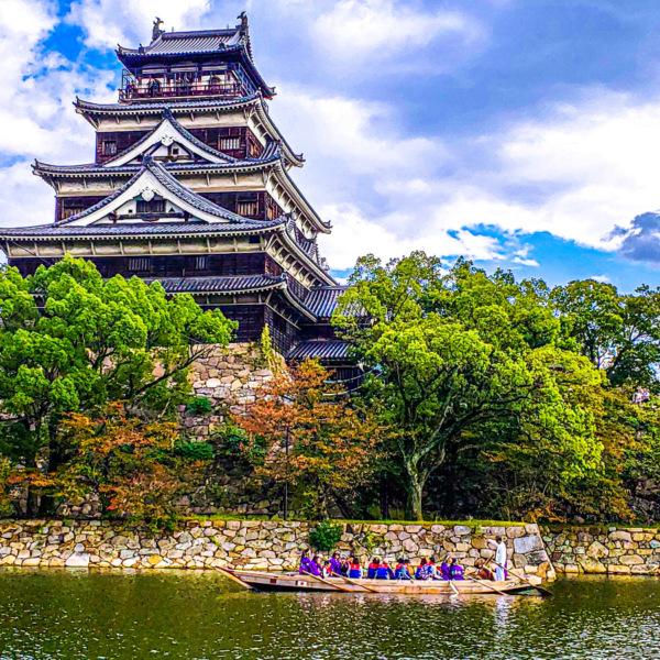 広島城と遊覧船