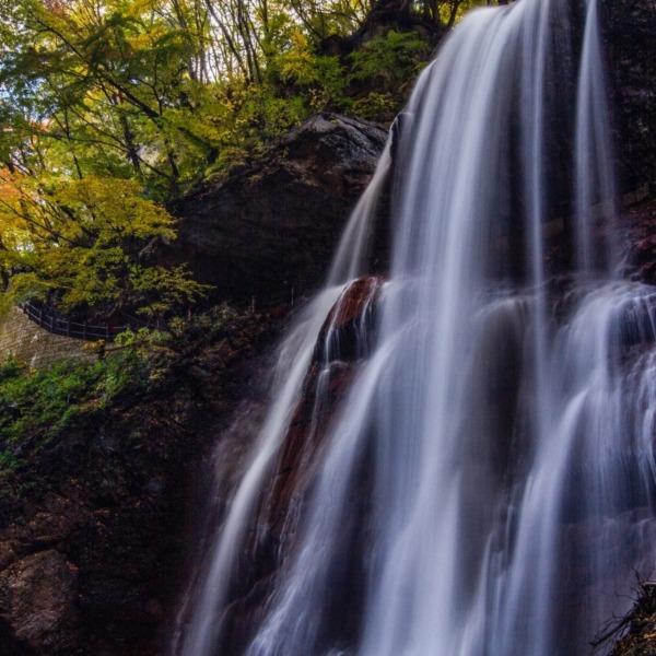 日本で1番美しい村 高山村の雷滝と紅葉