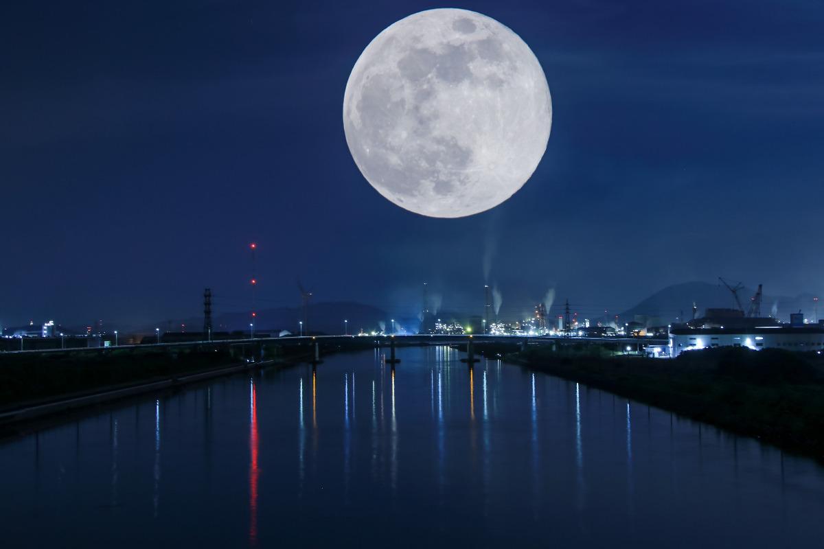 工場夜景と満月