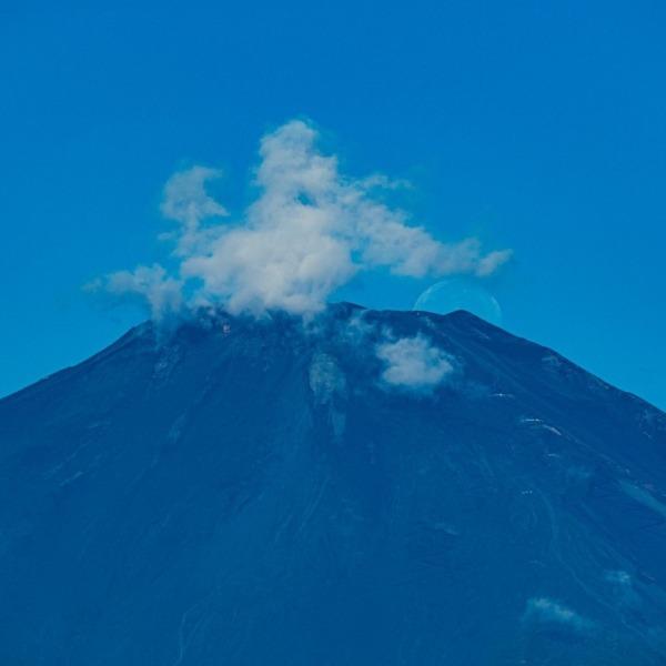 雲に紛れし朝のパール富士