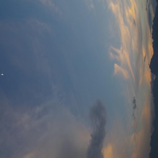 「夕暮れ時の月と南アルプス」