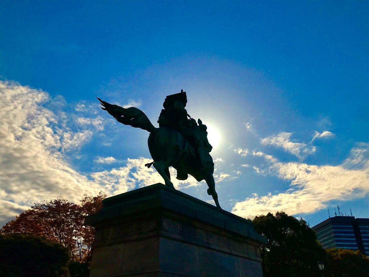 逆光の騎馬像