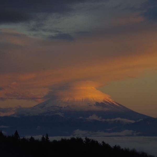 「夕暮れ時の笠雲富士山」