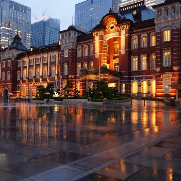 東京駅前/水面反射✨:英国伝統建築の輝き