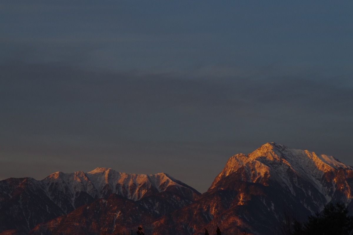 「朝陽に紅く染まる甲斐駒ヶ岳」