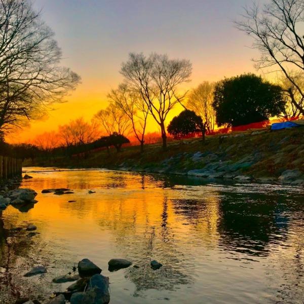 川面を照らす夕暮れ空