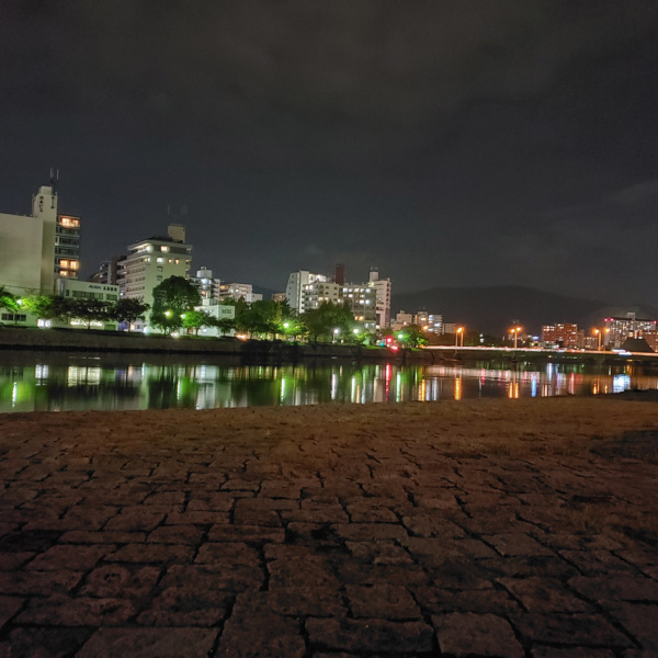 広島市内の川の夜