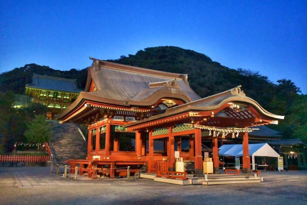 夕闇の鶴岡八幡宮