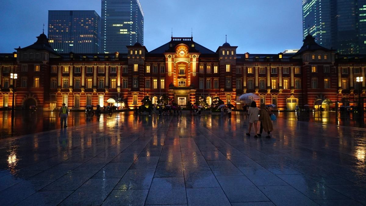 東京駅前2019:コロナ、雨に打たれて早く消えて✨