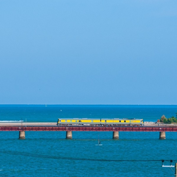 由良川鉄橋をキヤが行く