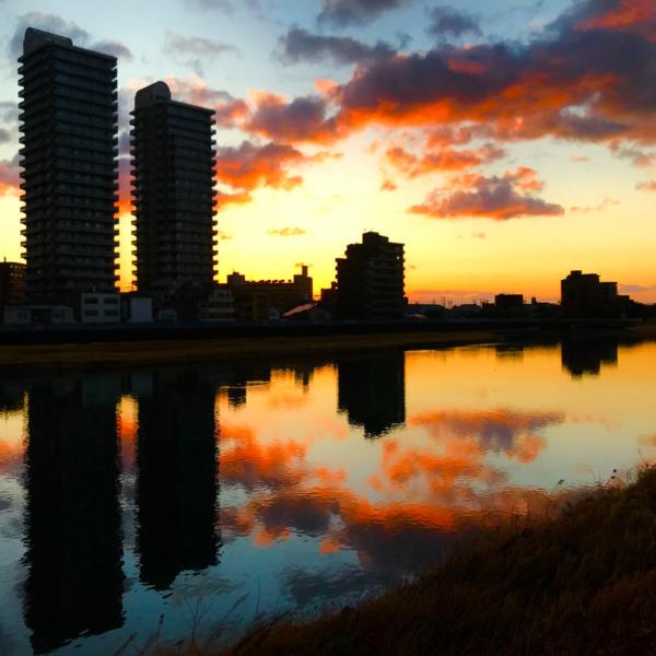 暖色の川面