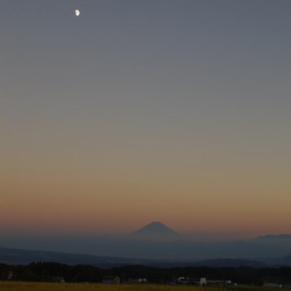「夕暮れ時の月と富士山」
