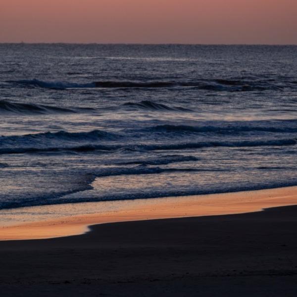 波打ち際輝く
