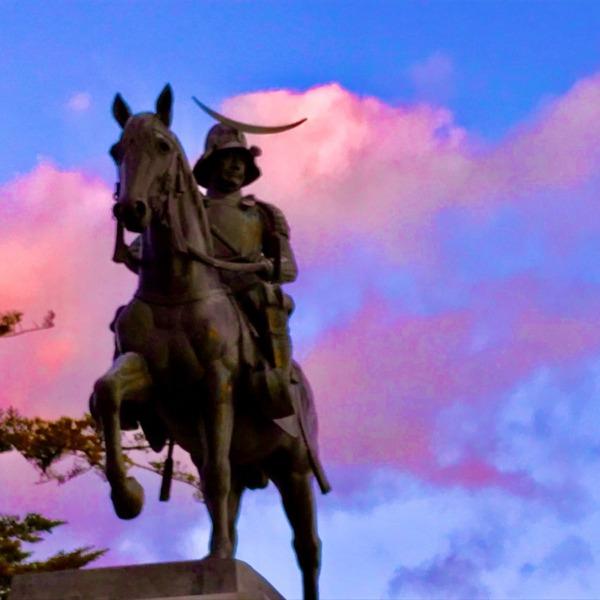 朝焼けの騎馬像