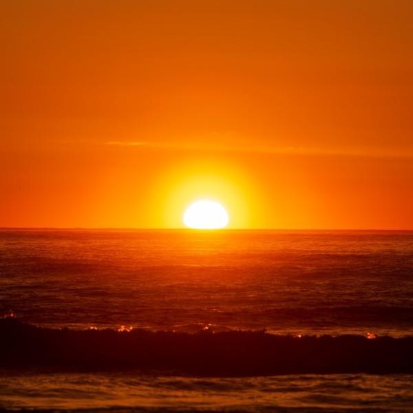 光環に包まれて朝陽が昇る