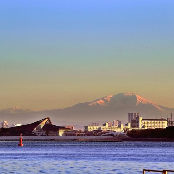 名古屋港から臨む北アルプス