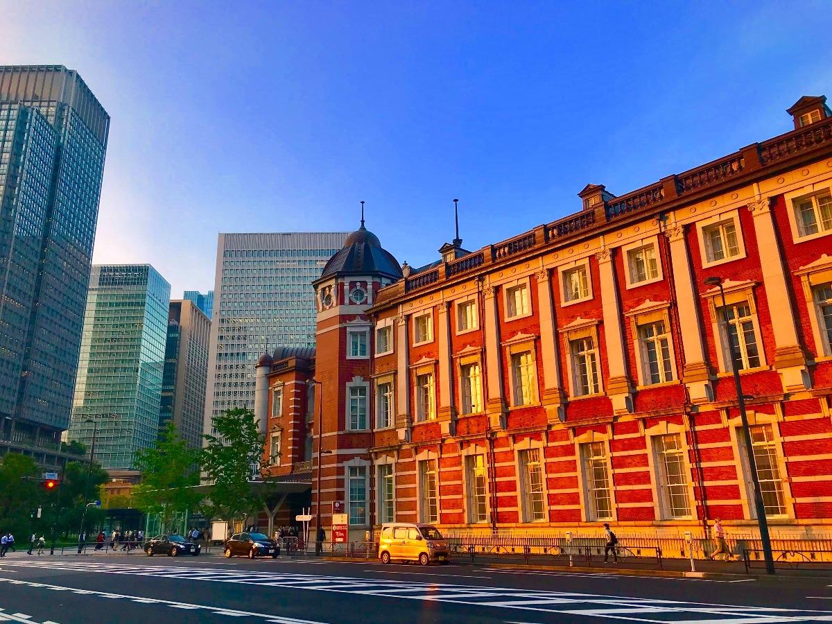 夕暮れ時の東京駅