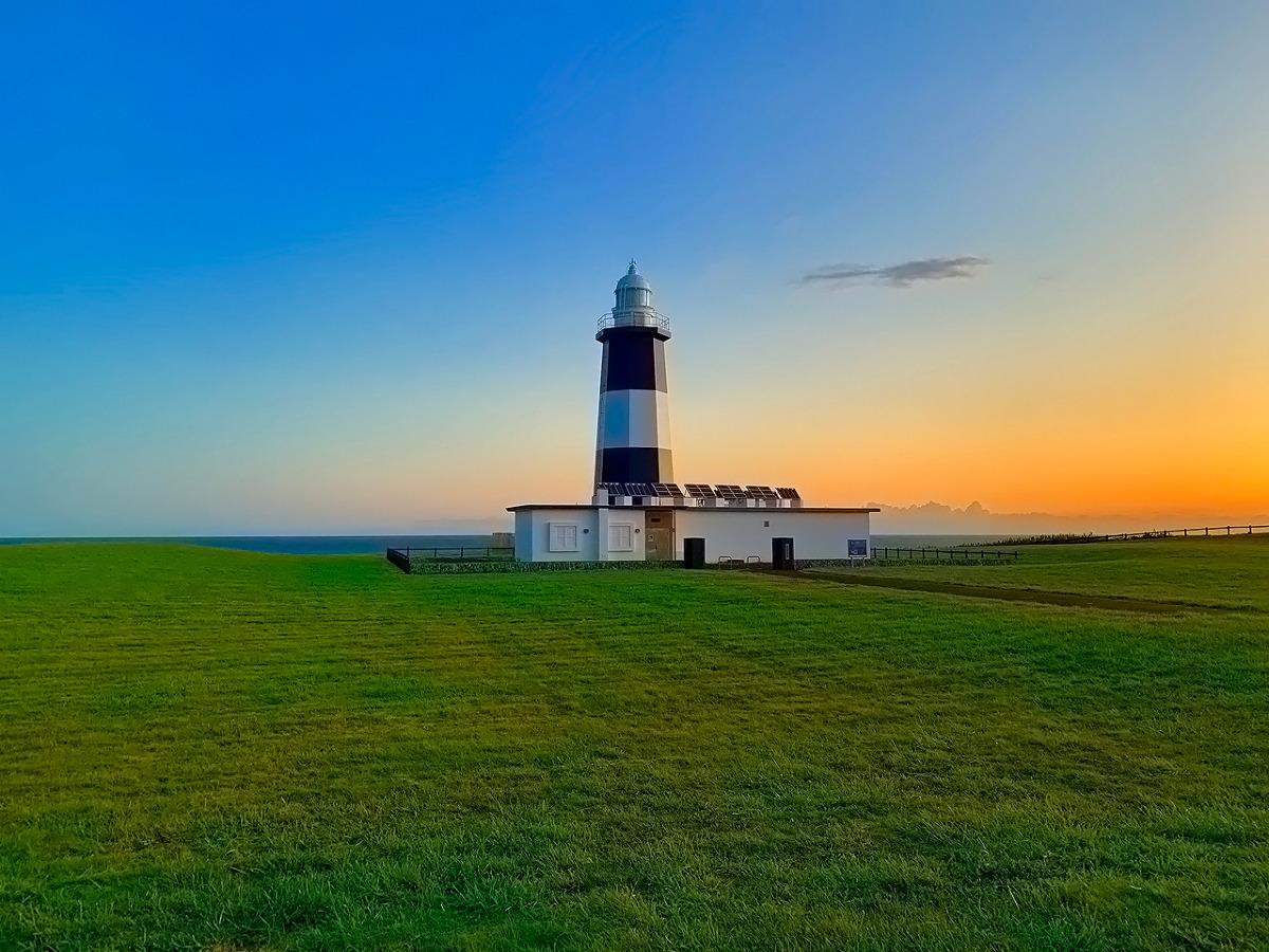 夜明けを迎える能取岬灯台